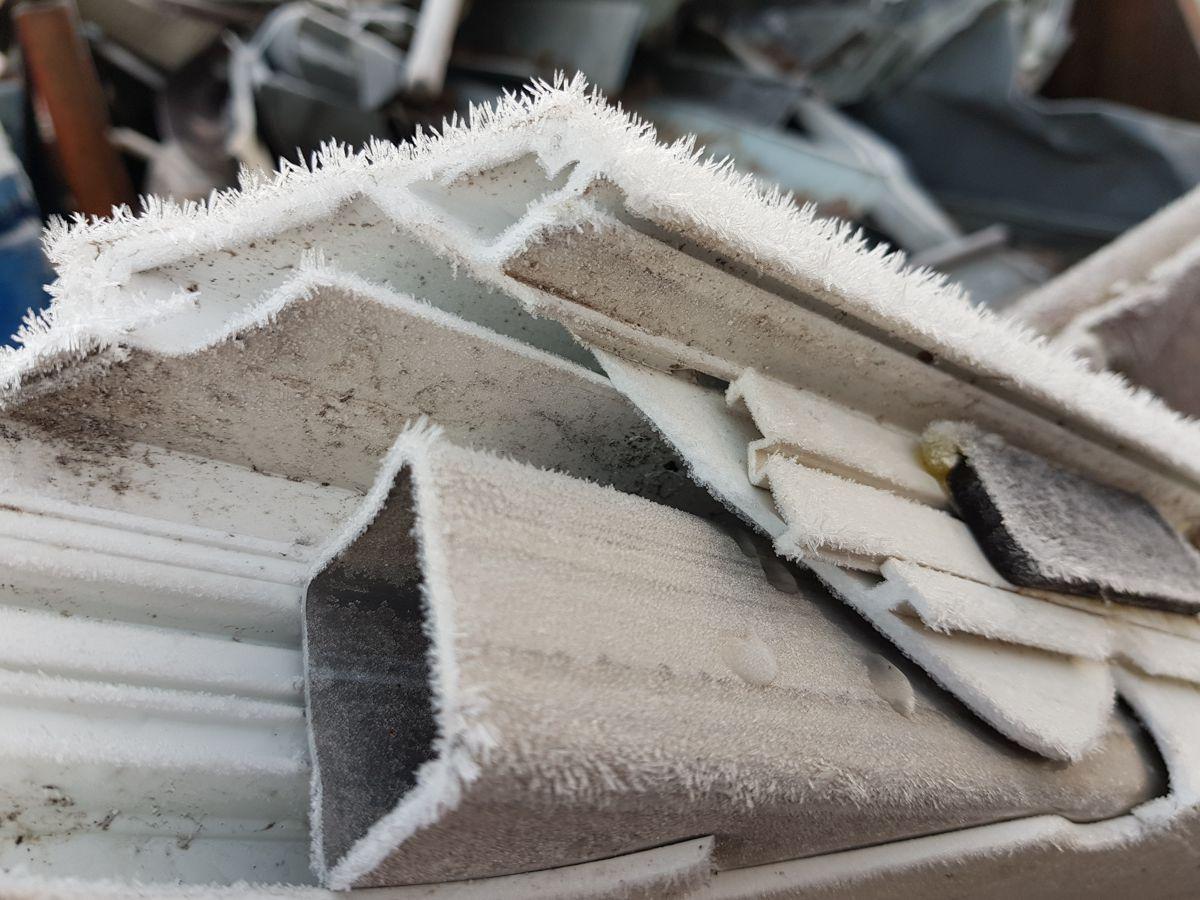 """Fensterprofile mit """"Bart"""" aus Eis"""